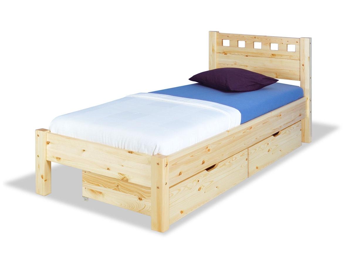 postele z masivu s úložným prostorem