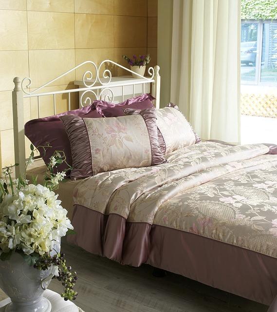 PR Slumberland Proměňte obyčejnou ložnici na luxusní hnízdo použijte květiny, satén a kašmír